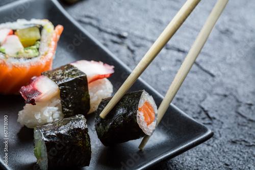 Papiers peints Japon Sushi eaten with chopsticks