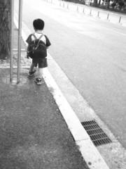 バスを待つ子