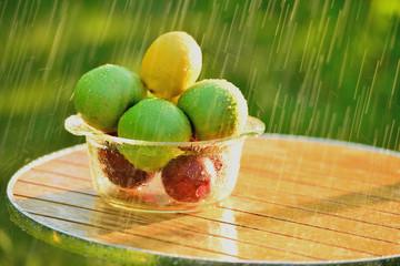Фрукты и летний дождь