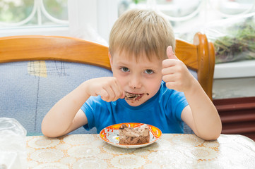 ребенок кушает десерт