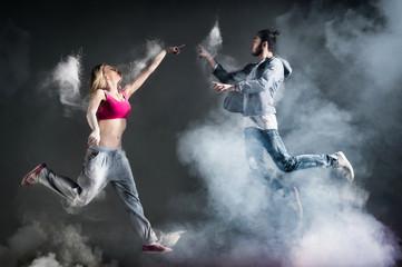 Couple de danseur avec bond