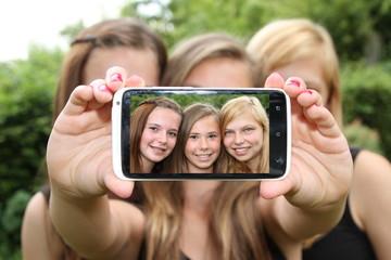 Selfie von drei lächelnden Mädchen