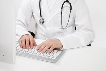 arzt mit stethoskop am computer