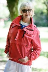 Frau mit roter Jacke