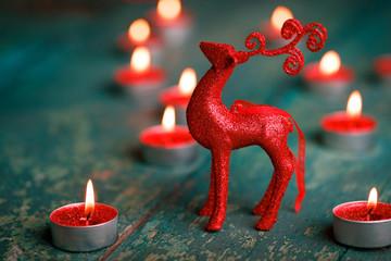 Weihnachten - Deko mit Rentier und Kerzen auf Holz