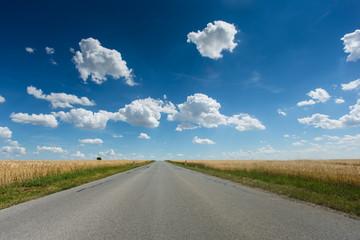 Landstrasse mit schönem Himmel