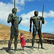 Frau und die Bronzestatuen von Ayose und Guize