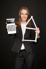 Frau zeigt wie eine Hausfinanzierung funktioniert