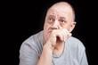 portrait homme âgé soucieux et songeur sur fond noir