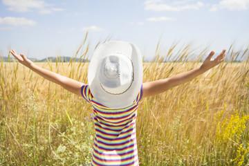 buğday tarlasındaki mutlu kız çocuğu