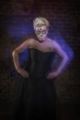 Sugar Skull, Frau in in einem Kellergewölbe