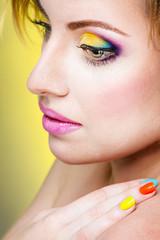Девушка с ярким макияжем и маникюром
