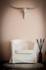 Sessel in Wohnzimmer mit Deko