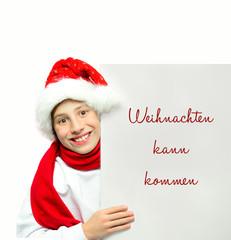 Kind mit Werbetafel zu Weihnachten