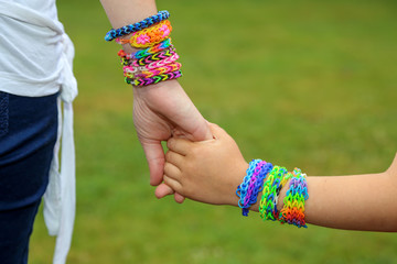 maman en enfant se tenant la main  (loom bands) 1