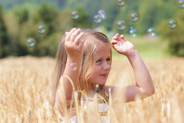 Kleinkind spielt im Kornfeld