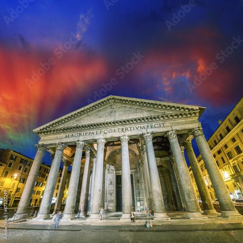 Rzym. Punkt orientacyjny Panteon w nocy