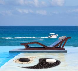 piscine zen à débordement au bord de l'océan