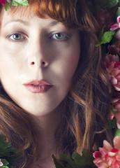 Retrato de mujer con flores. Estilo romántico.