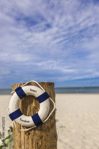 canvas print picture Rettungsring am Sandstrand