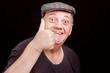portrait homme âgé satisfait levant le pouce