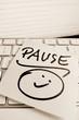 Notiz auf Computer Tastatur: Pause