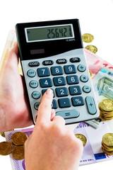 Hand mit Taschenrechner und Geld