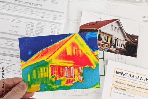 Leinwanddruck Bild Energie sparen. Haus mit Wärmebild Kamera
