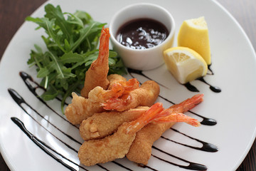 Crispy shrimp with ruccola, sauce and limon.