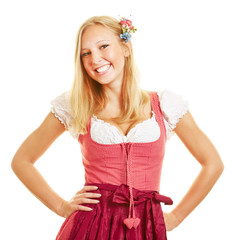 Lächelnde blonde Frau im Dirndl