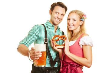 Paar mit Bier und Brezel beim Oktoberfest