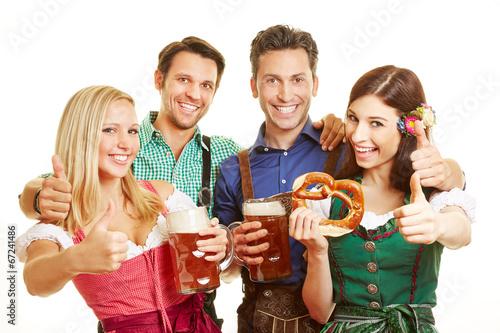 Gruppe von Freunden hält Daumen hoch - 67241486