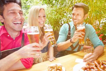 Lachende Freunde im Sommer im Biergarten