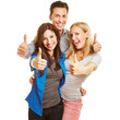 Drei junge Leute halten ihre Daumen hoch