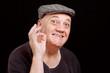 Portrait homme âgé avec casquette positive attitude