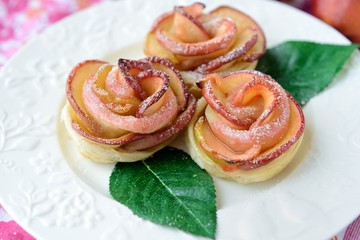 Rose-shaped cookies (buns) made of apples and puff pastry.