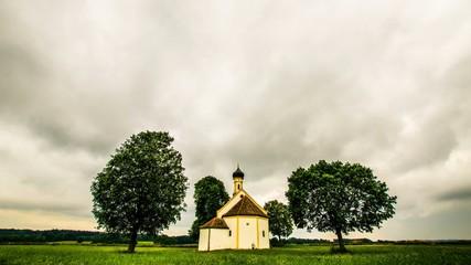 Zeitraffer - Wolken über einer kleinen Kirche