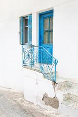 Holztüre und Treppengeländer in Blau - griechische Architektur
