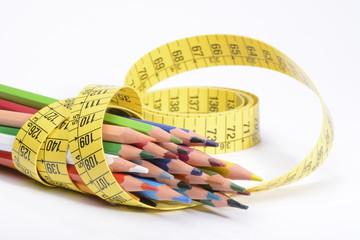 Lapiceros de colores y cinta para medir