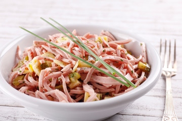 Wurstsalat mit Schnittlauch