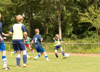 Kinder beim Fußballspielen