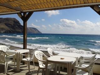 Terrazza con tavoli e vista sul mare