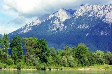 Fluss vor Bergmassiv