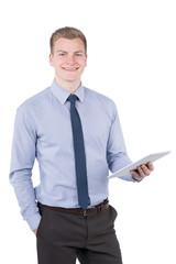 Junger lächelnder Mann hält ein Tablet