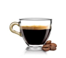 Caffè caldo in tazza con chicchi di caffè
