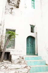 Haus alt mit grüner Türe und Teppen - Nostalgie