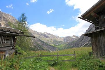 Alte Holzhütten im Gebirge