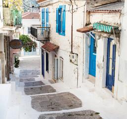 Alte Häuser - gesehen auf der Insel Poros in Griechenland.