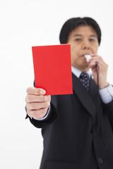レッドカードを出す男性