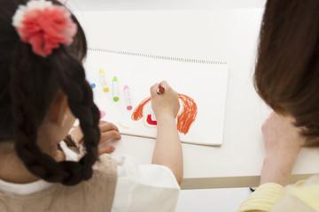 絵を描く親子